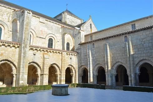 abbaye-Nieul-sur-l'Autise_-_Abbey_cloitre-ext