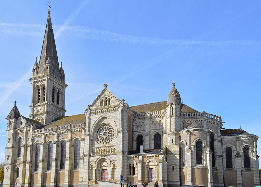 1024px-Chemillé_-_Église_Notre-Dame_Neuve_(2)